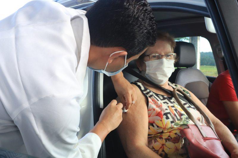 idosa se vacinando contra a Covid-19