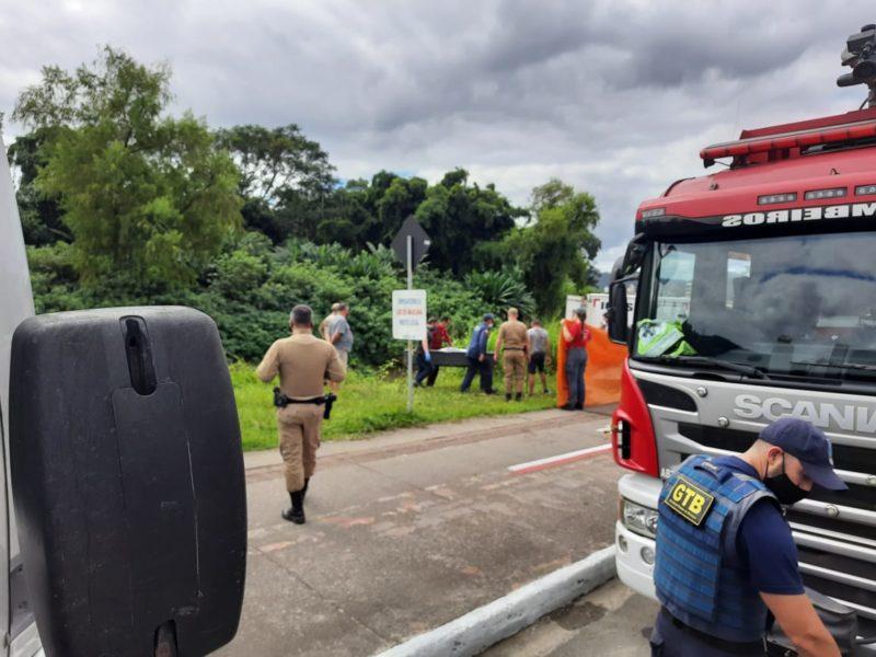 Motorista saiu da pista e caiu no rio Itajaí-Mirim, em Brusque – Foto: Valdomiro da Motta/Rádio Cidade