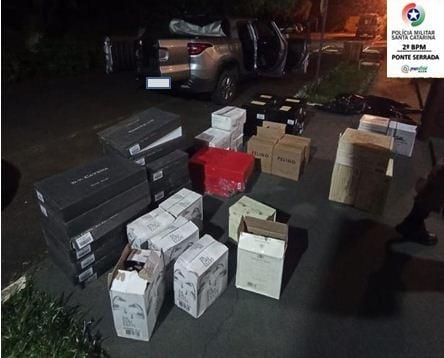 332 garrafas de vinho importado foram apreendidas pela Polícia Militar na BR-282 em Ponte Serrada – Foto: Polícia Militar/Divulgação