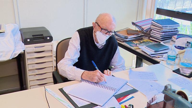Walter Orthmann trabalha há mais de 80 anos na mesma empresa, em Brusque– Foto: Matheus Nunes/NDTV