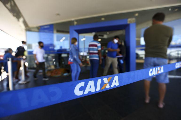 Fila para entrada em agência da Caixa, em Brasília