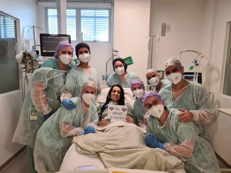 Equipe e paciente Mariana Miranda comemoram vitória contra a Covid-19 – Foto: Divulgação/HUGF