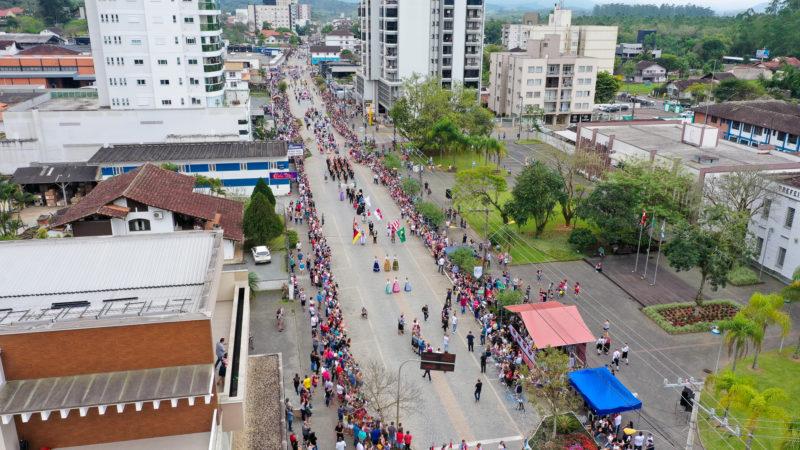 Grande desfile envolve a comunidade timboense e região no mês de outubro – Foto: R2 Imagens