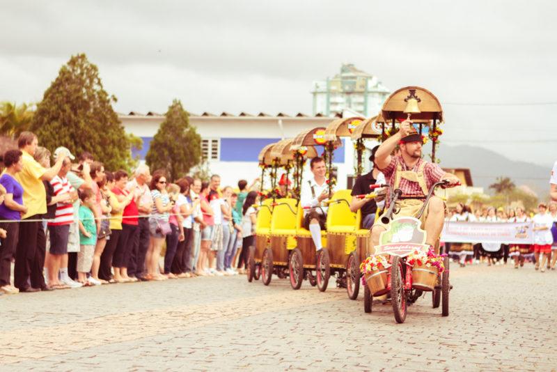 Desfile alegórico homenageia imigrantes e colonizadores europeus – Foto: Tainá Claudino
