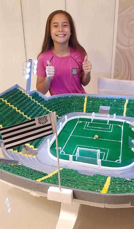 A aluna Pietra e a caprichada maquete do estádio do Figueirense – Foto: Família Macário/ND