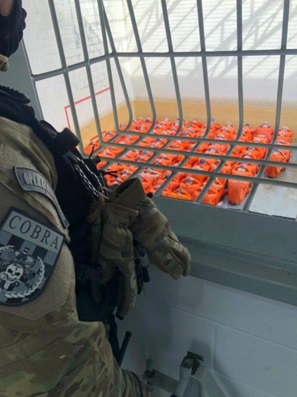 Após longa negociação, reféns foram liberados pelos dez detentos – Foto: PMSC/Divulgação