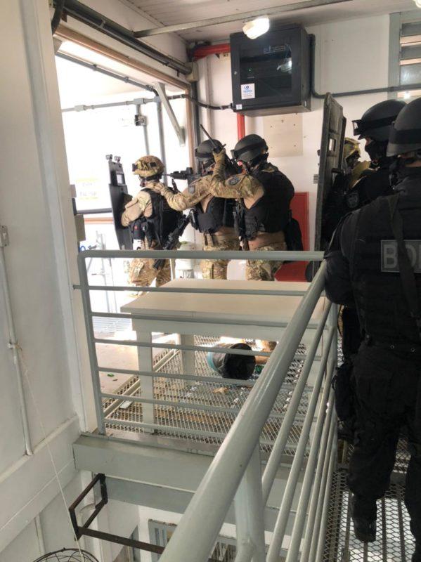 A Polícia Militar de Criciúma se mobilizou para atender à ocorrência, juntamente com os batalhões de Içara e Araranguá, e do Bope. Além disso, um negociador foi chamado para realizar as tratativas com os presos.O espaço é umaestrutura externa ao complexo principal da unidade. – Foto: PMSC/Divulgação