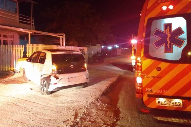 Motorista perde controle de veículo e colide contra muro de residência em Blumenau – Foto: Divulgação/Corpo de Bombeiros