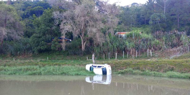 Carro sai da pista na BR-470, capota e quase cai em lago – Foto: Roberto Caetano/Divulgação