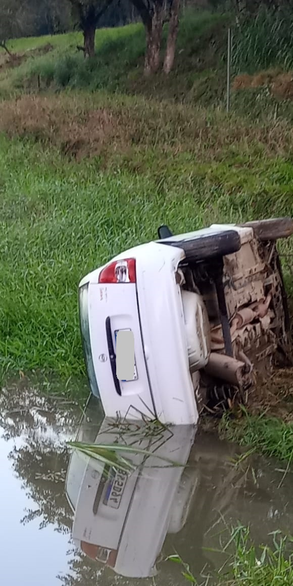 Carro sai da pista na BR-470, capota e quase cai em lago - Roberto Caetano/Divulgação
