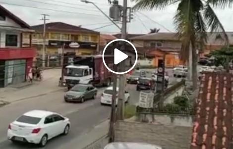 Um 'acidente' curioso chamou a atenção dos joinvilenses nas redes sociais. A maioria dos internautas lamentou pelas vítimas envolvidas na situação que viralizou com a divulgação de um vídeo – Foto: Redes sociais/ND