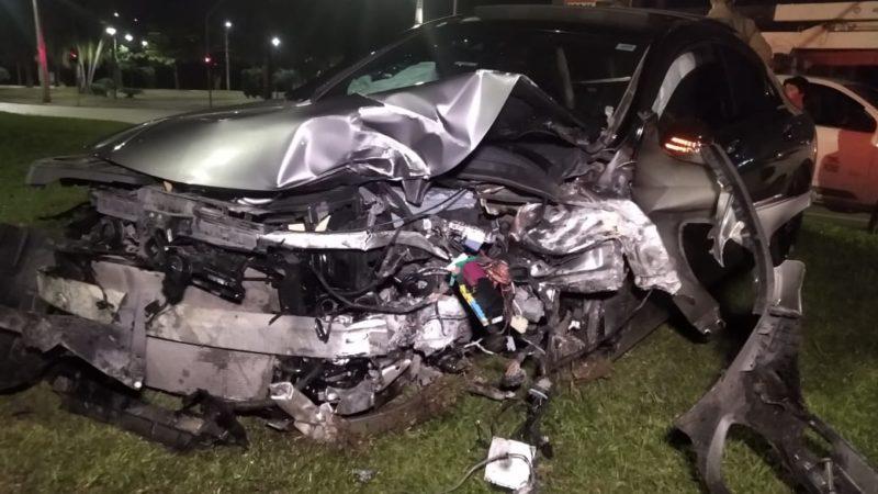 Outro acidente que marcou o dia foi o que deixou esse carro de luxo completamente destruído! Um vídeo mostra o veículo andando em alta velocidade e na contramão momentos antes do acidente – Foto: Jonathan Rocha/NDTV