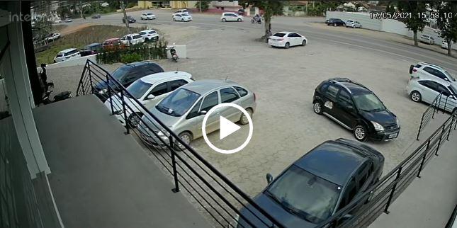 Motoqueiro voa após colisão na SC-410 em Canelinha – Foto: Reprodução/ND