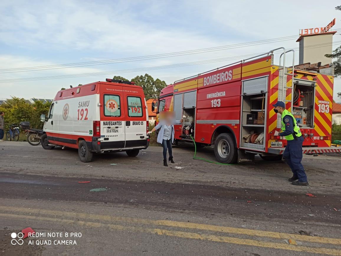Dois jovens ficaram gravemente feridos no acidente, eles estavam em um Ford KA - Corpo de Bombeiros Navegantes/ND