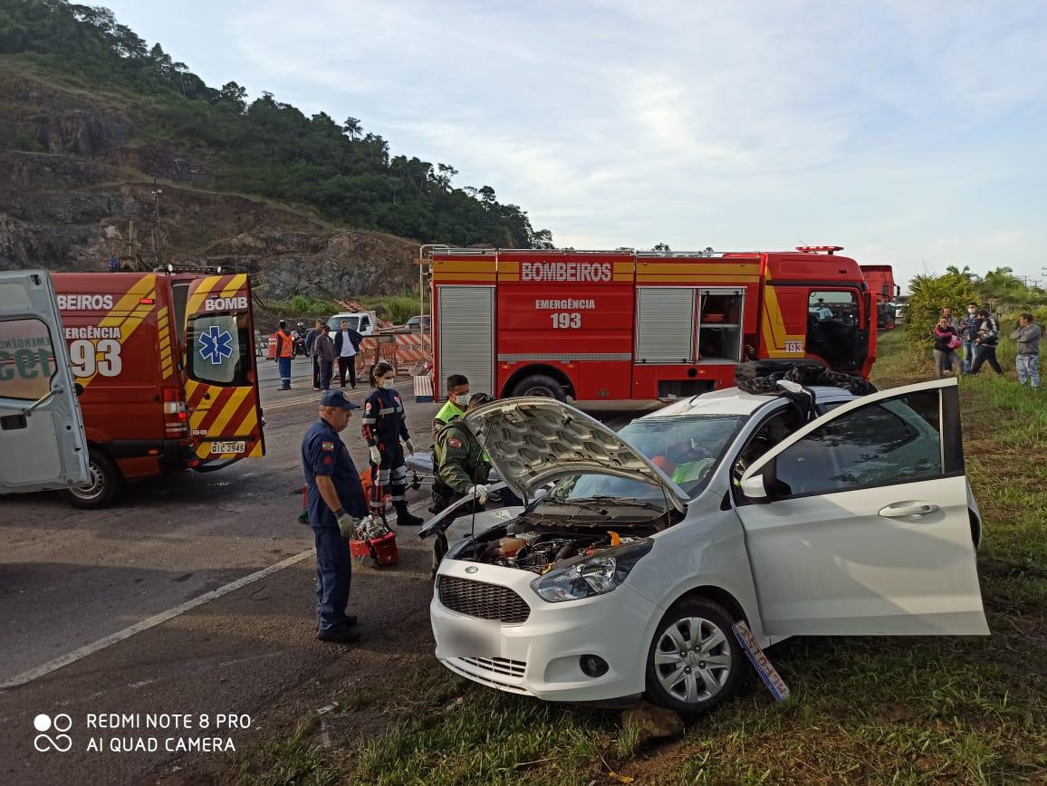 O condutor e o passageiro do Ford KA ficaram gravemente feridos - Corpo de Bombeiros Navegantes/ND