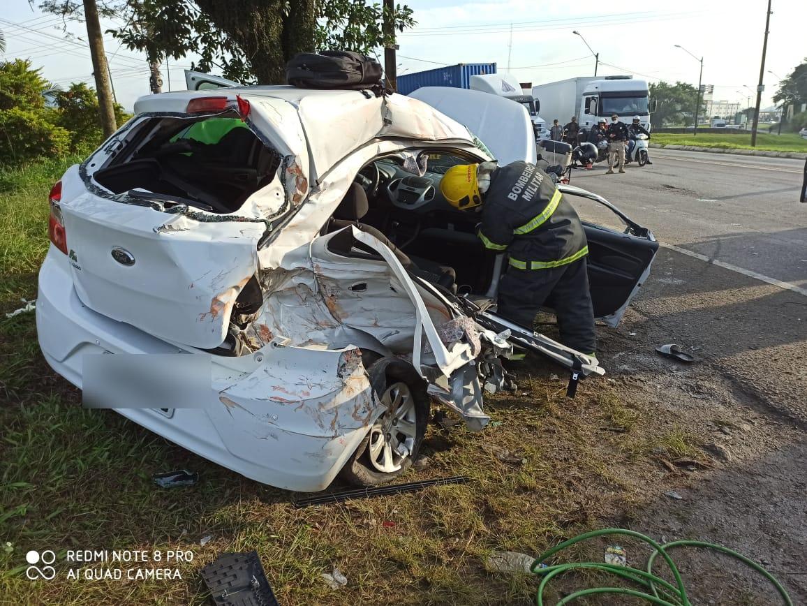 Socorristas precisaram serrar o veículo para tirar motorista e passageiros - Corpo de Bombeiros Navegantes/ND