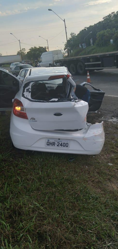 Carro foi serrado para tirar as vítimas - Helicóptero Águia da Polícia Militar precisou fazer pouso de emergência na Havan em Itajaí, para prestar apoio ao acidente