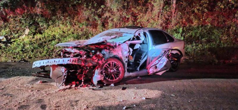 Carro ficou totalmente destruído com a batida – Foto: Corpo de Bombeiros/ND