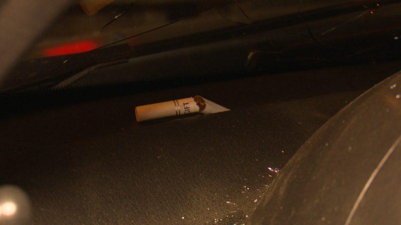 "Cigarro que ""causou"" acidente ficou preso no painel do carro – Foto: Jonathan Rocha/NDTV"
