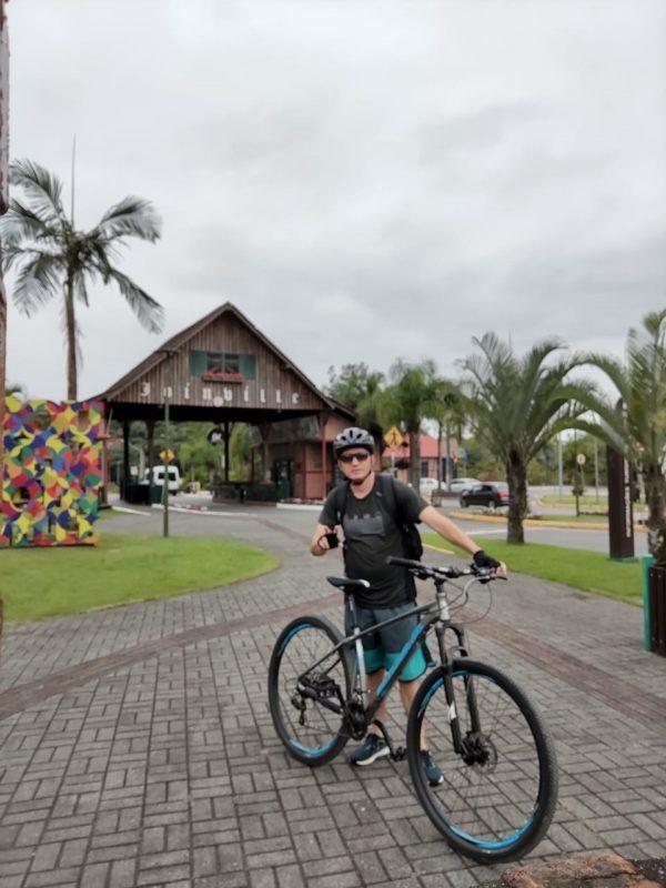 Adriano usa a bicicleta para trabalhar e passear nos fins de semana – Foto: Arquivo pessoal/Adriano Mendes