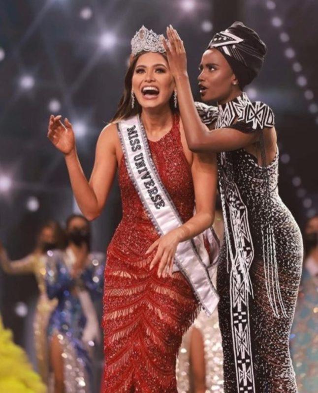A mexicana Andrea Meza sendo coroada miss Universo 2020 pela antecessora, a sul-africana Zozibini Tunzi – Foto: Reprodução/Redes sociais/Divulgação/ND
