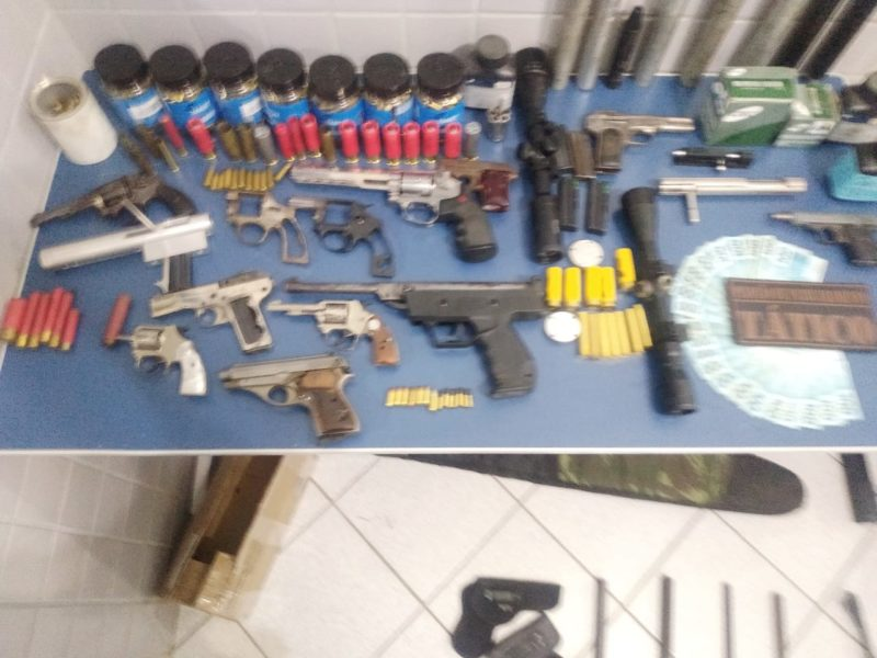 Arsenal de armas, munições e outras peças foi apreendido em Canoinhas – Foto: PM/Divulgação