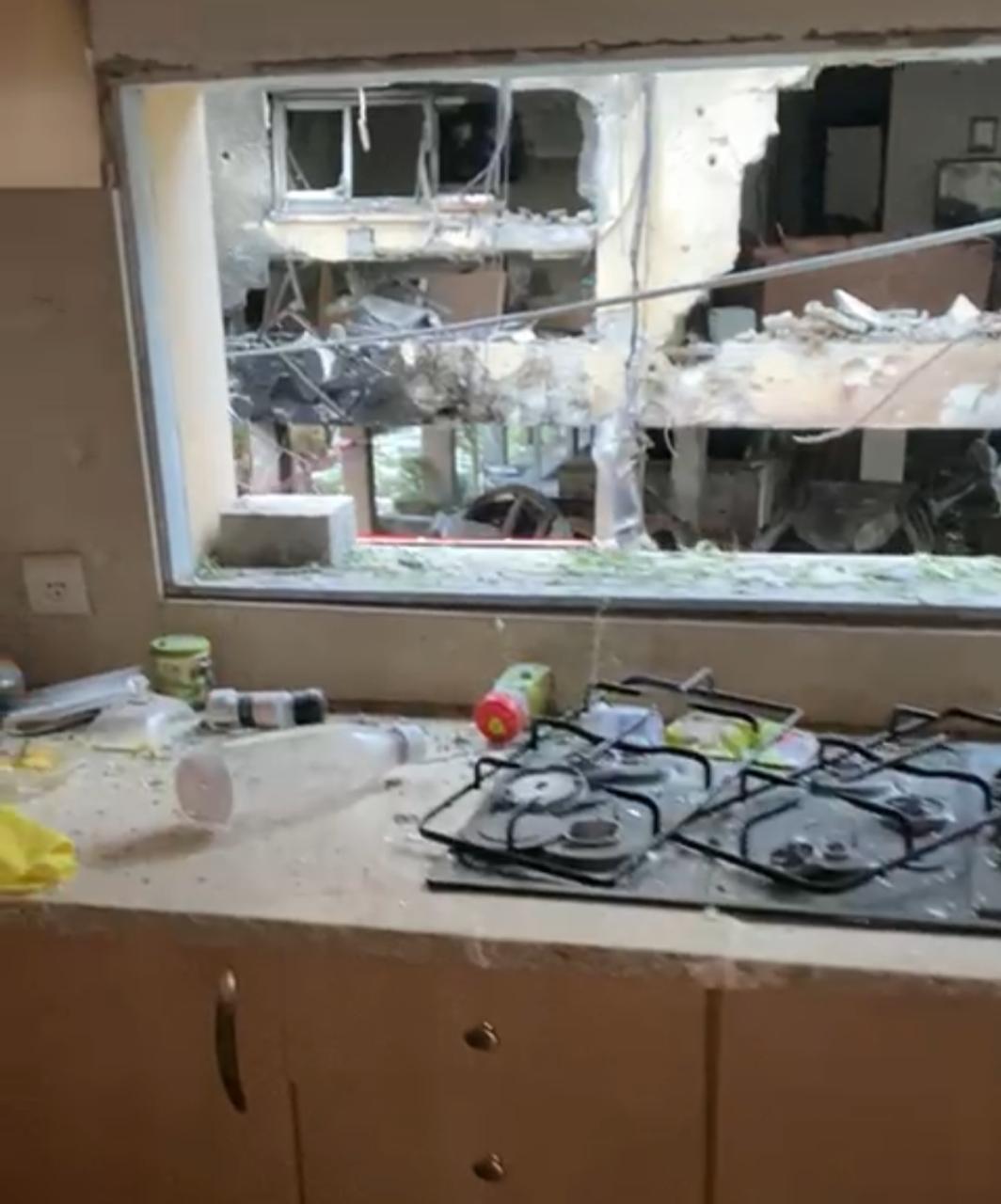 A cozinha do apartamento foi totalmente danificada. - Arquivo Pessoal/Reprodução