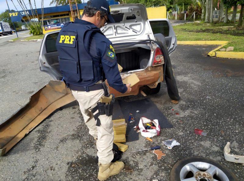 Policiais fizeram uma vistoria minuciosa e encontraram, escondidos no interior do para-choque traseiro, tabletes da droga