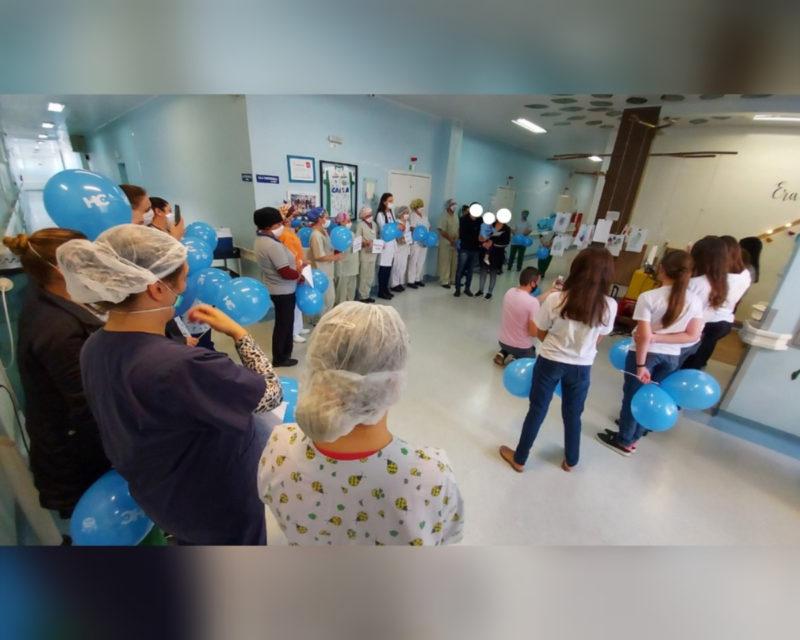 Equipe de enfermagem e médicos comemoram a recuperação do bebê sobrevivente da chacina em Saudades – Foto: Alcebíades Santos/HC/Divulgação ND