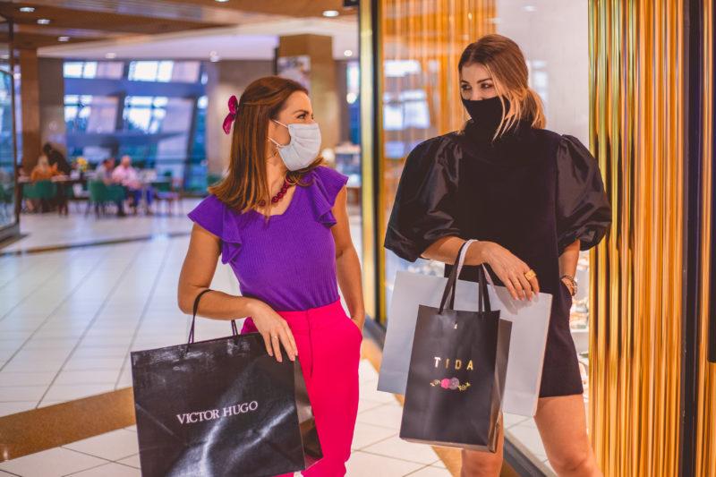 Marta Gomes e Camila Guollo Queiroz encontraram opções lindas e que são tendências para este ano em um passeio no Beiramar Shopping – Foto: Isis Lacombe/ND