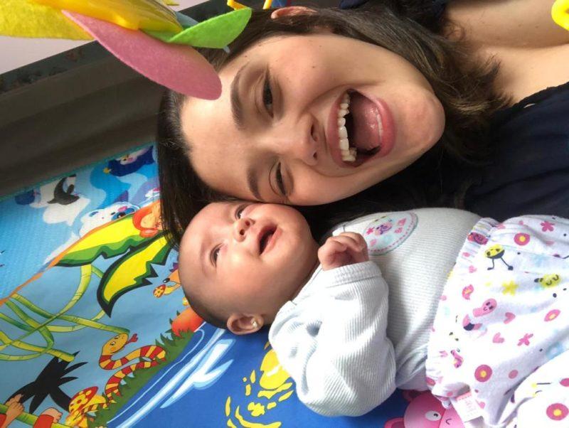 Bianca, mãe de Aurora, em momento feliz com sua filha