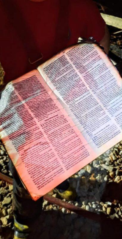 Uma Bíblia foi encontrada quase intacta após um incêndio que destruiu uma casa em Jaraguá do Sul. Além dela, alguns pintinhos que estavam no local também sobreviveram, surpreendentemente, às chamas – Foto: Fábio Junkes/OCP News