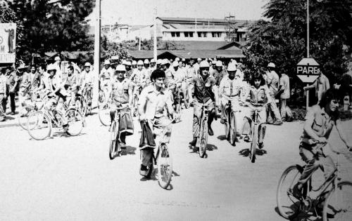 Saída dos trabalhadores das fábricas usando as bicicletas eram cena comum em Joinville – Foto: Divulgação