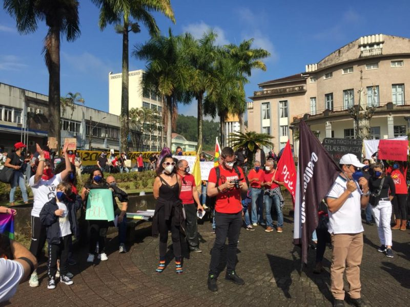 Manifestação reuniu pessoas na Praça Carlos Gomes – Foto: Emerson Luis/NDTV Blumenau