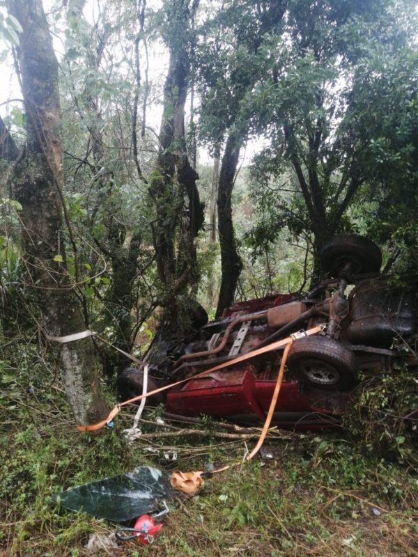 Com o impacto a camionete bateu contra árvores, capotou e quase caiu em uma ribanceira. – Foto: Corpo de Bombeiros/Divulgação/ND