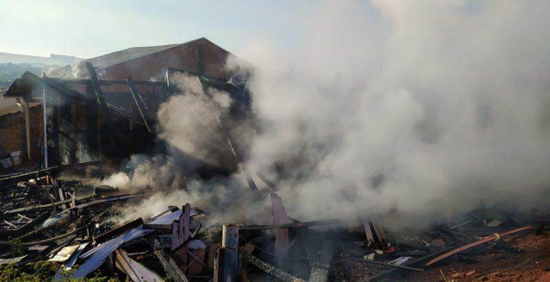 Casa foi totalmente consumida pelo fogo
