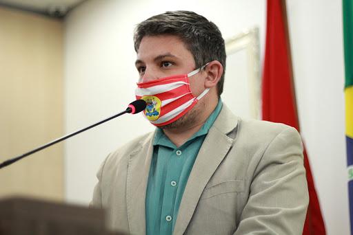 Vereador Bruno Cunha durante pronunciamento na Câmara – Foto: Lucas Prudêncio/CMB