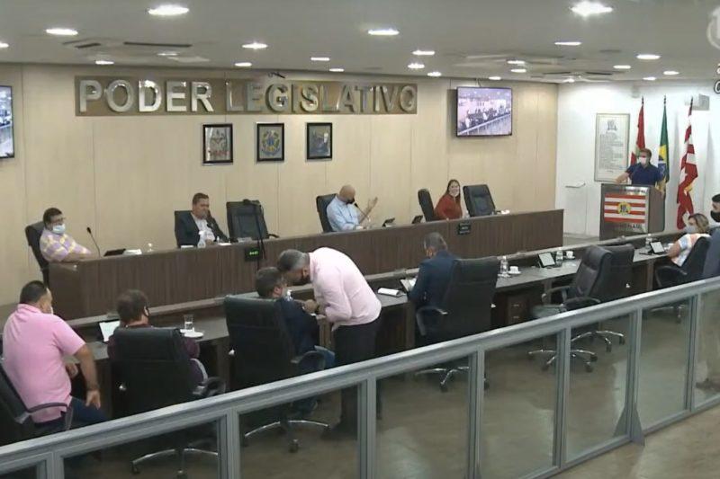 Vereadores Bruno Cunha e Gilson de Souza discutiram durante a sessão – Foto: Reprodução/TVL Blumenau