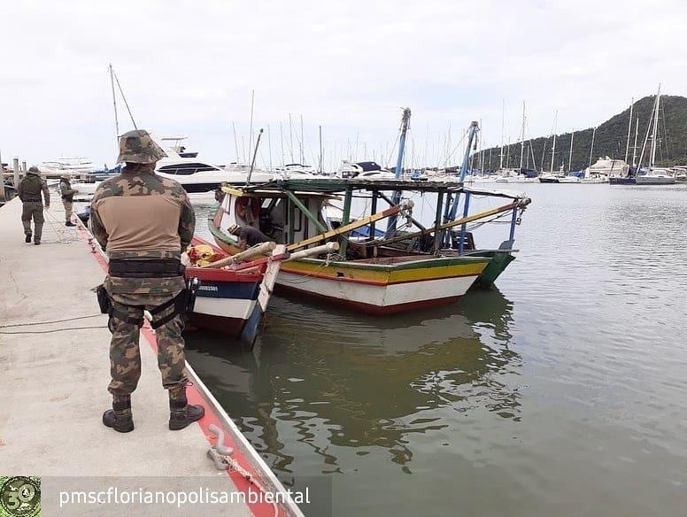 Barcos apreendidos foram levados para Itajaí - PM Ambiental/Divulgação