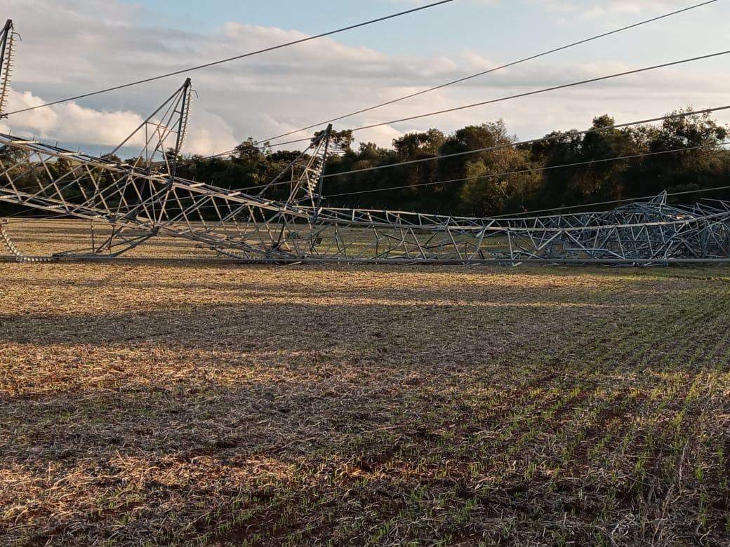 Torres de transmissão foram derrubadas com a força do vento - Defesa Civil/Divulgação/ND