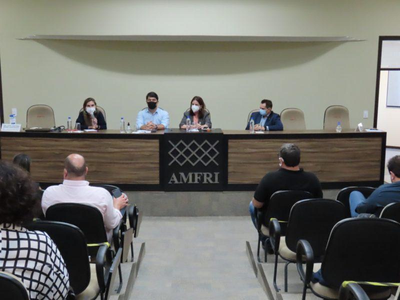 Secretária esteve na Amfri e falou sobre o hospital Santa Inês e a situação do SAMU – Foto: Amfri/Divulgação