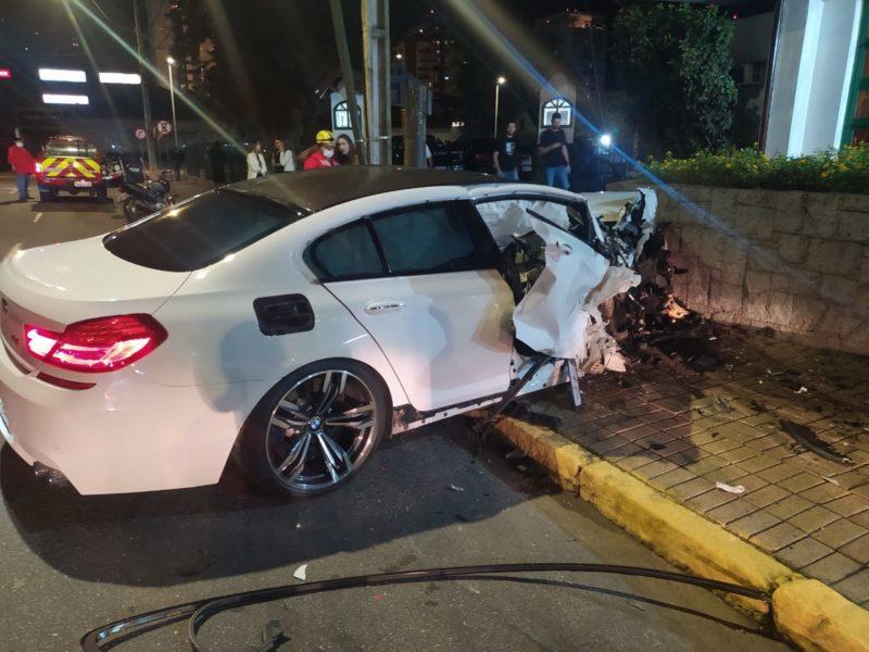 Carro que André Bornschein Silva dirigia bateu em muro no Centro da cidade – Foto: Redes sociais/ND