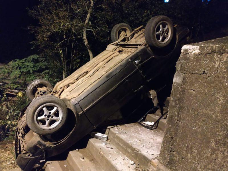 Carro ficou com o rodado para cima após capotar em escadaria em Capinzal – Foto: Rádio Capinzal/Divulgação ND