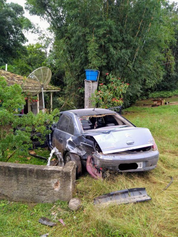 Carro bateu contra muro de residência em Turvo – Foto: Corpo de Bombeiros/Divulgação