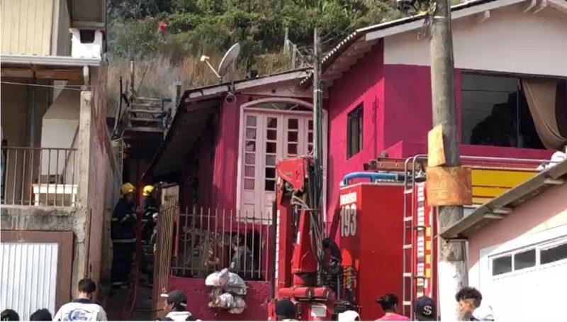 Casa incendiada fica na região Sul da cidade de Lages – Foto: CBM/Divulgação/ND