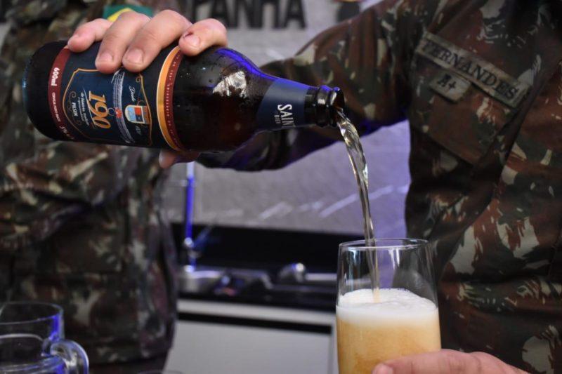 Cerveja pilsen com rótulo alusivo aos 190 anos de quartel do exército foi criado especialmente à homenagem – Foto: RP 28 GAC.