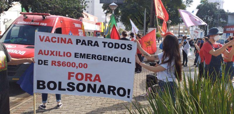 Manifestantes se concentraram no Centro da cidade – Foto: Jair Correia/NDTV Chapecó