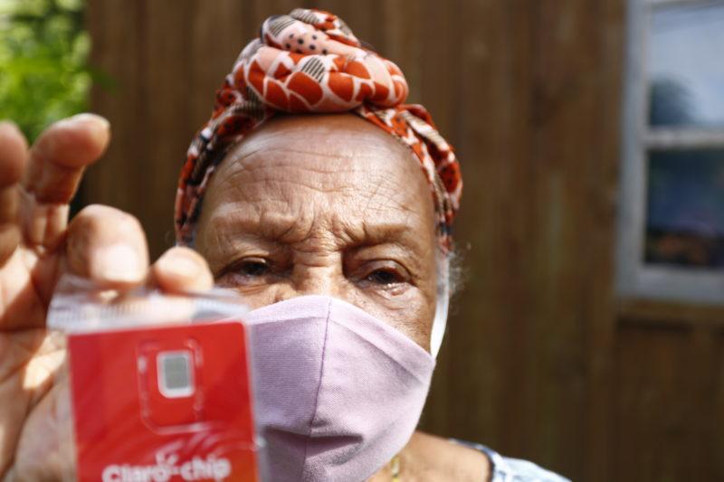 Adélia Domingues, de 85 anos, moradora do Rio Vermelho, foi a primeira estudante da EJA a ganhar um chip – Foto: PMF/Divulgação/ND