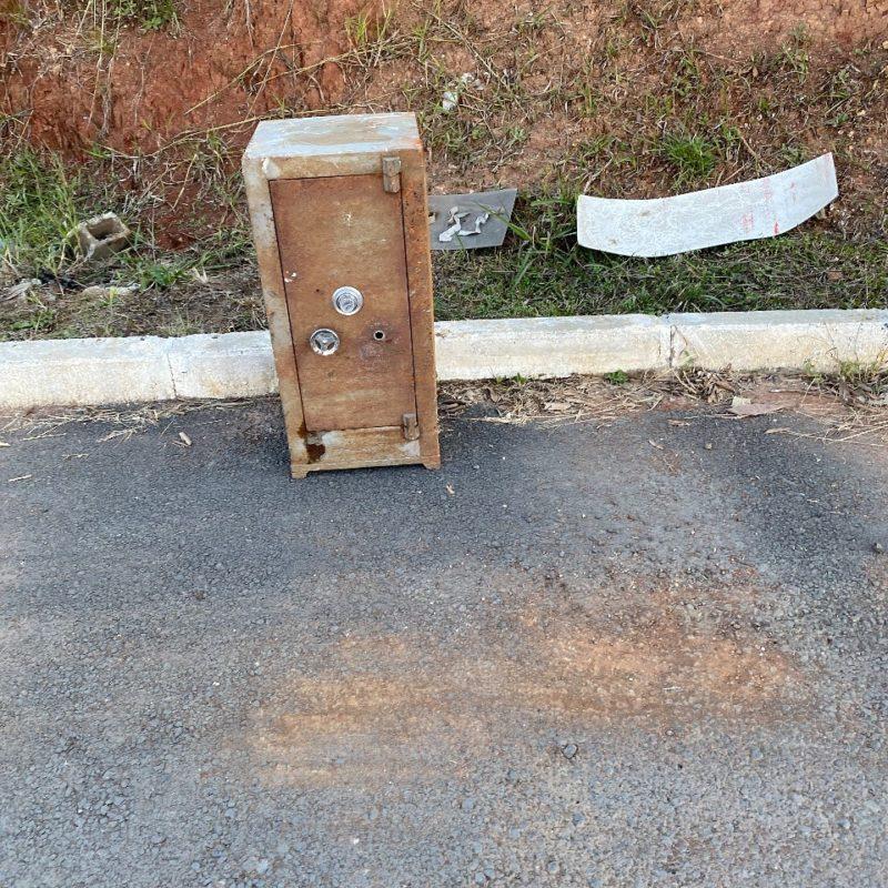 Ainda não se sabe como o cofre foi parar no local – Foto: Prefeitura de Três Barras/Divulgação