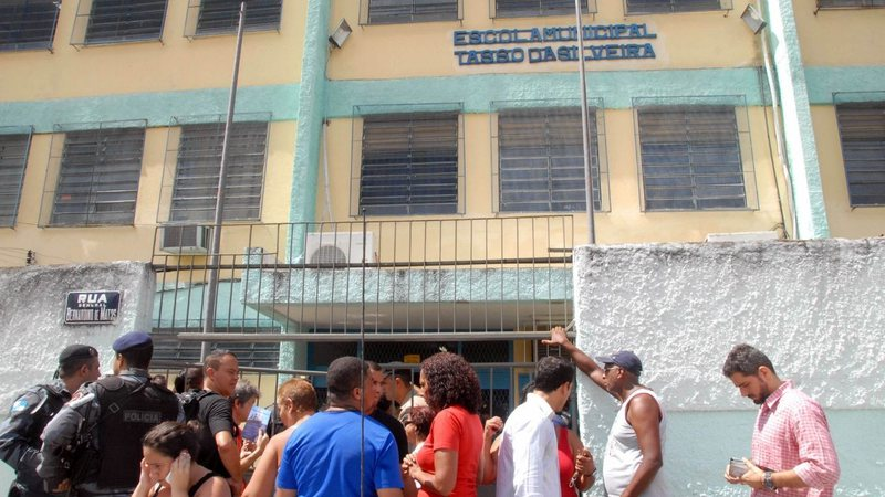 Um ex-aluno, de 23 anos, invadiu a Escola Municipal Tasso da Silveira, em Realengo (RJ), no dia 7 de abril de 2011, e abriu fogo contra crianças e adolescentes. Na ocasião, 12 estudantes com idades entre 13 e 15 anos morreram. O autor dos disparos foi baleado por um policial na perna e cometeu suicídio em seguida. – Foto: PNE/Reprodução/ND